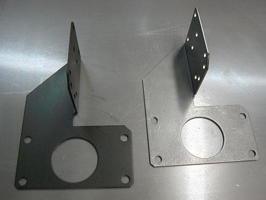 ■バルブメーター取付金具: 左:黒クロメート 右:表面処理前
