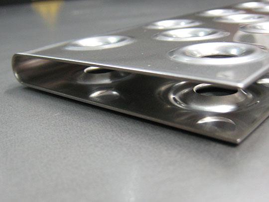 ■試験機部品 アップ写真:穴あけ絞り加工、高精度曲げ加工