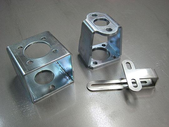 ■部品加工  左:SPC、ユニクロメッキ、t3.2mm  中:SPC、ユニクロメッキ、t4.5mm  右:SUS、t3.0mm