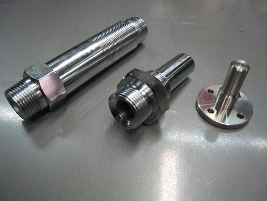 ■ノズル&コネクター 左:ノズル(S45C、クロームメッキ) 中:ノズル(S45C、クロームメッキ)<br>右:コネクター(ステンレス)<br> すべて旋盤加工による